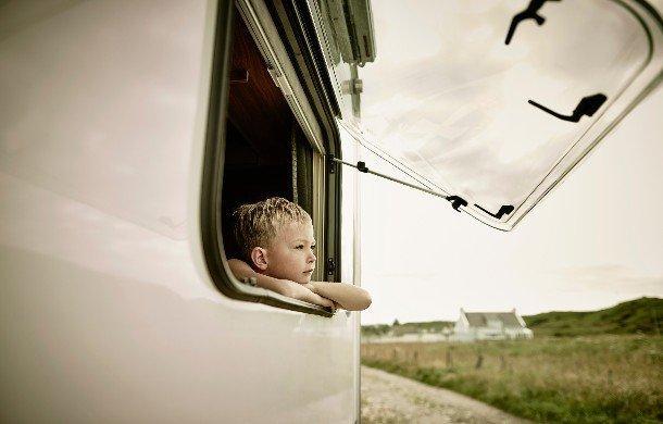 Dziecko wyglądające przez okno kampera